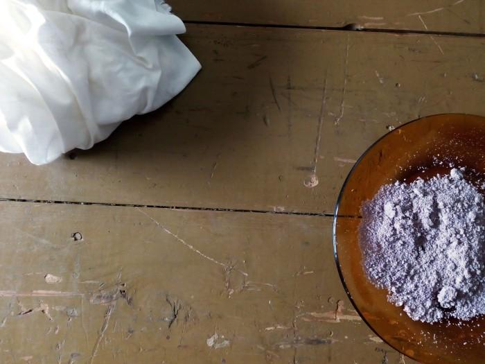 Depois de filtrado o leite de cabra será coalhado com a flor do cardo em pó.