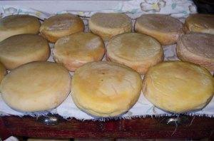 Queijo da Serra caseiro, feito de modo artesanal, por pastores.