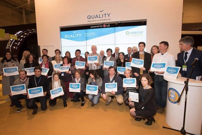 Foto de grupo dos proprietários dos primeiros alojamentos locais que receberam a certificação Quality da AHRESP.
